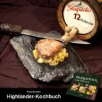 Ein Steak auf gebratenen Zwiebeln, das auf einem Stein serviert ist, daneben liegt ein Dolch. Unter dem Bild ist ein Hinweis auf das Highlander-Kochbuch von Fiona Bondzio