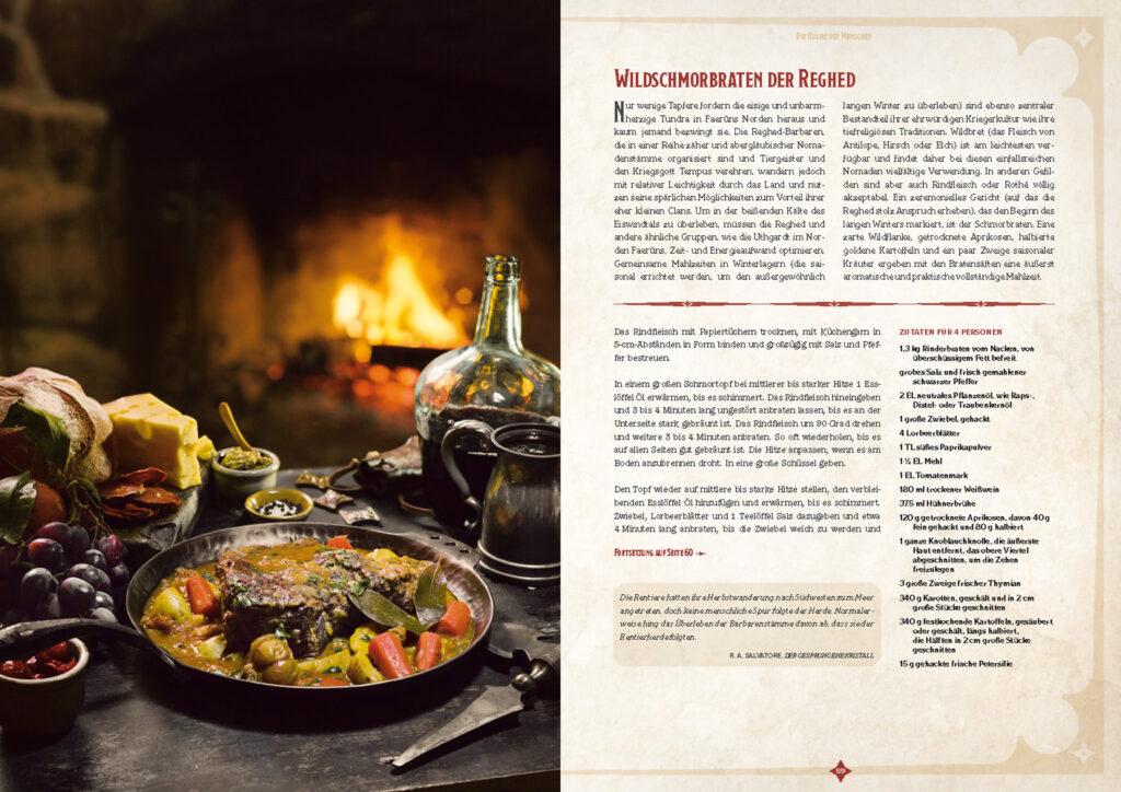 """Ein Ausschnitt aus """"Heldenmahl - das offizielle D&D-Kochbuch"""". Zu sehen ist ein Bild von einem Wildschmorbraten der Reghed, angerichtet in einer gußeisernen Pfanne auf einem Holztisch vor einem Kamin. Daneben ist das Rezept zu finden."""